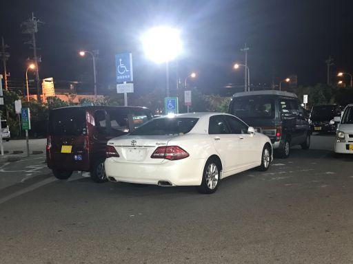 身障者駐車場の側に駐車する車
