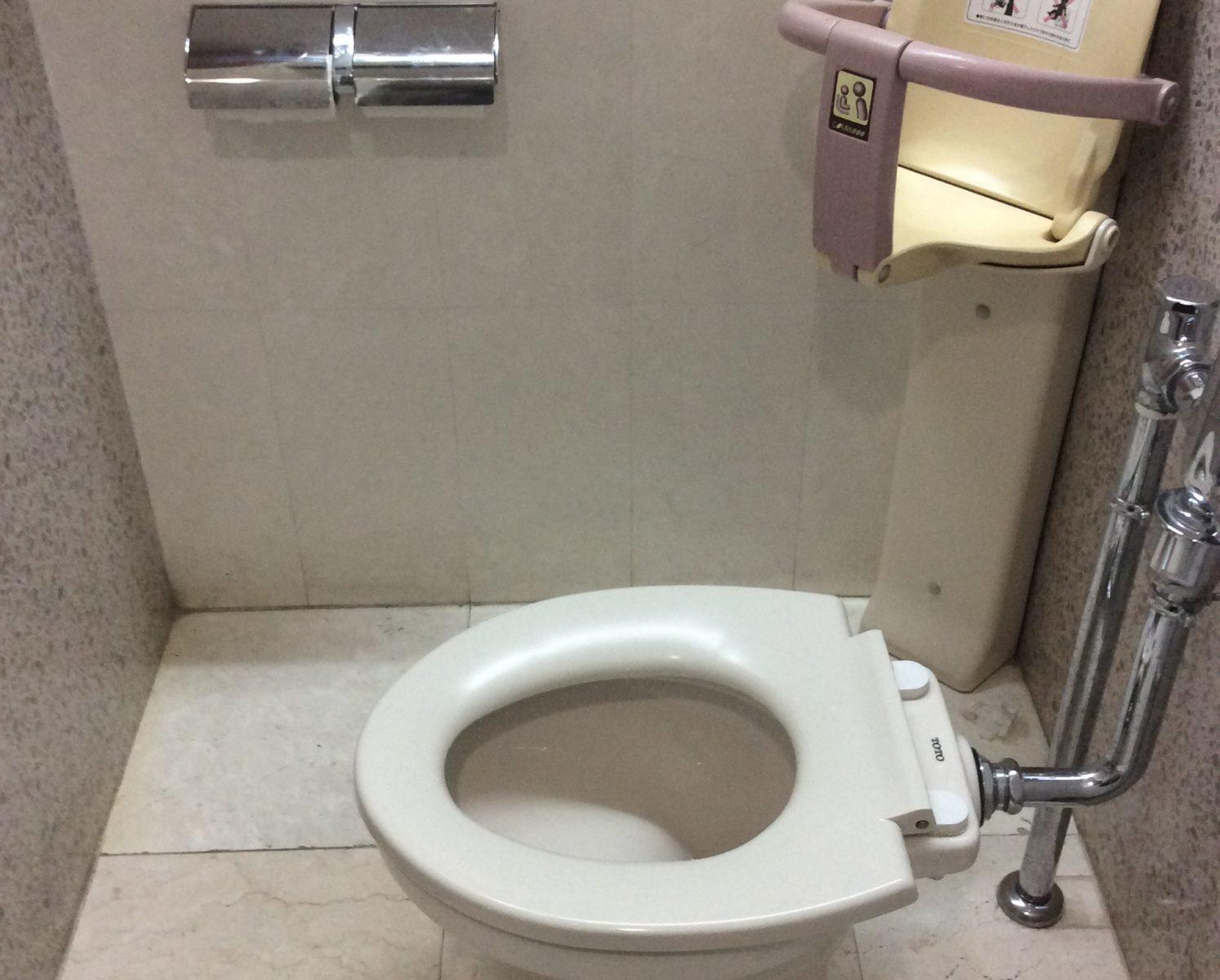 壁から離れすぎているトイレ