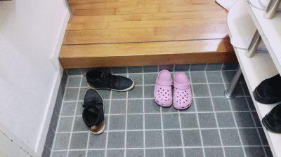 玄関では靴を片づけなさい
